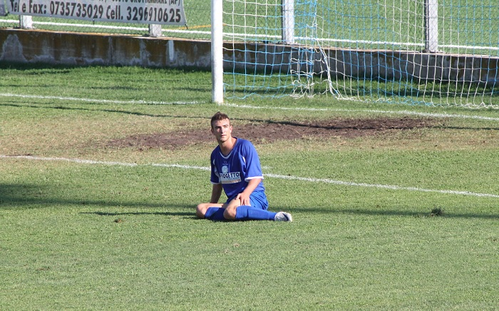 L'attaccante del Grottammare Armando Marozzi a terra sconsolato dopo il rigore fallito sullo 0-0
