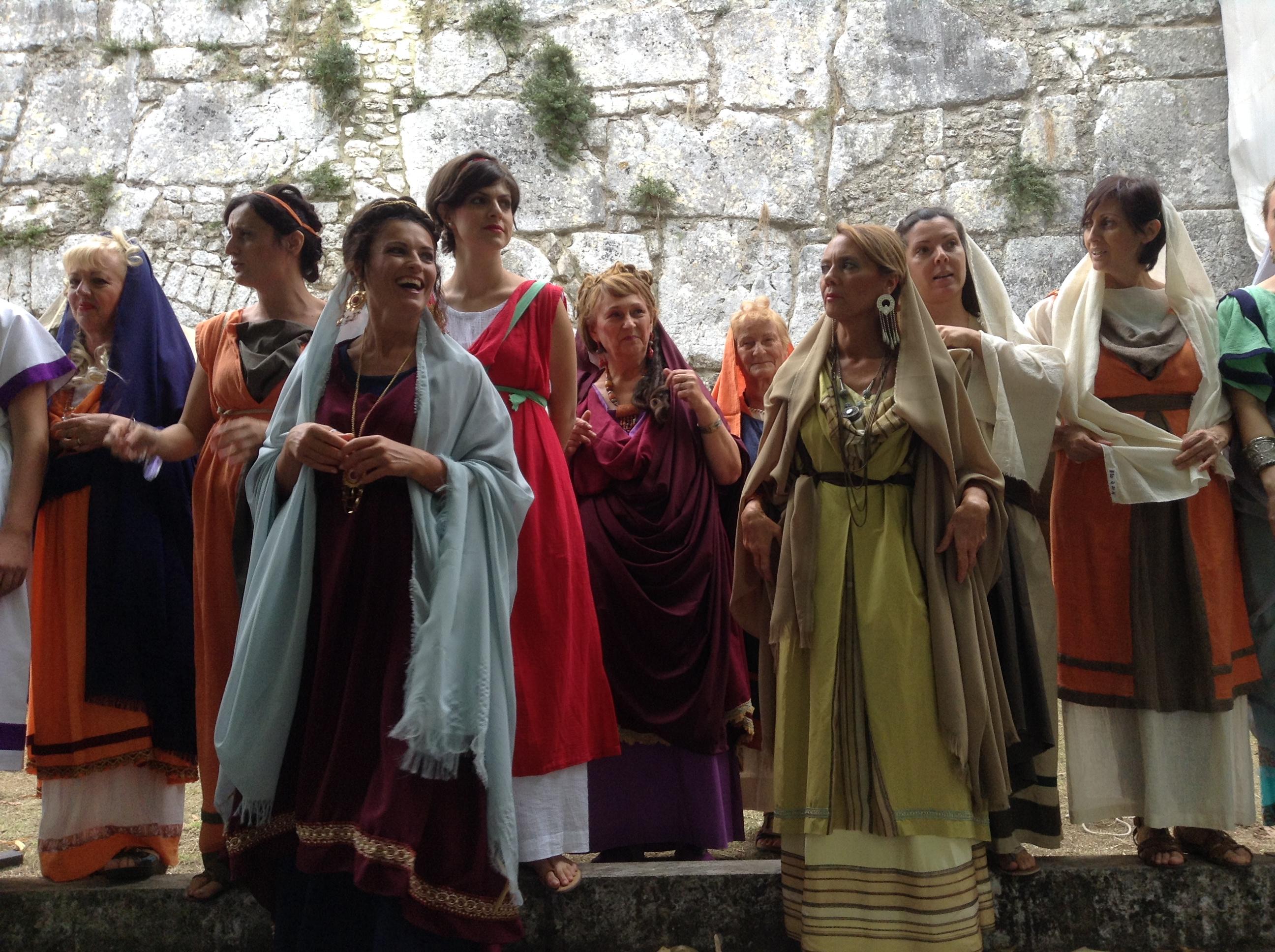 Le donne del Gruppo Storico Cuprense e sullo sfondo le Mura Ciclopiche di Alatri