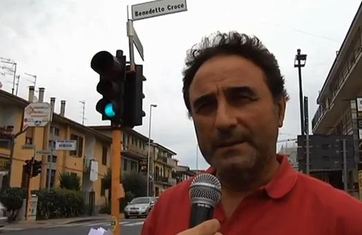 Marino Lattanzi davanti al semaforo della discordia