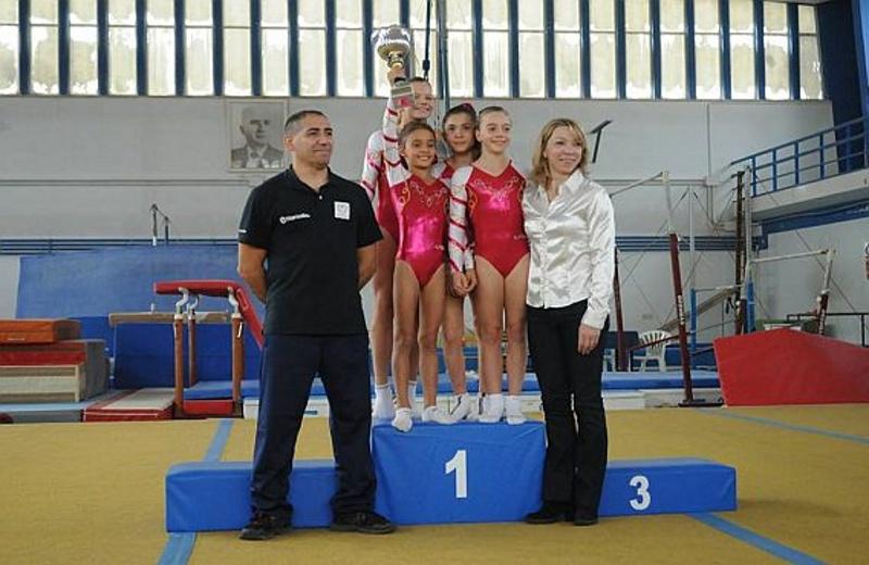 Le giovani ginnaste della World Sporting Accademy assieme a propri allenatori