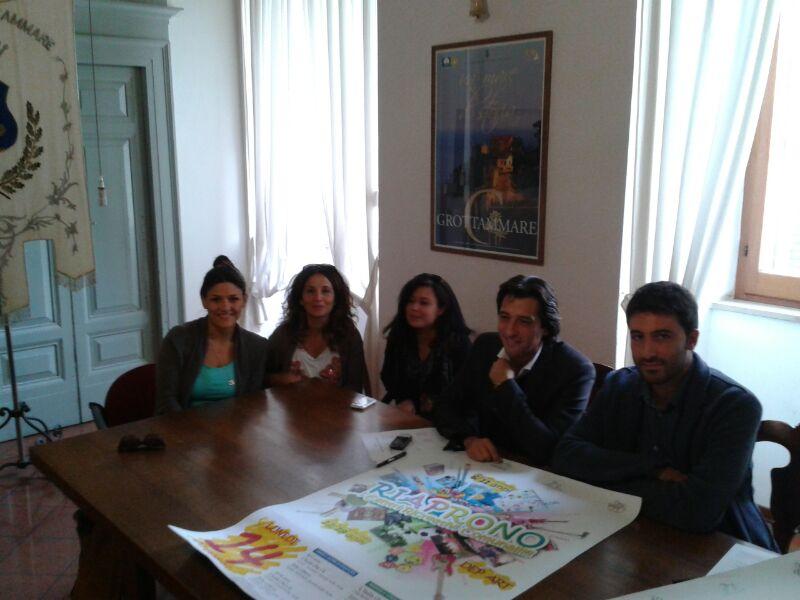 Piergallini e Lorenzo Rossi con le animatrici dei centri di aggregazione giovanile