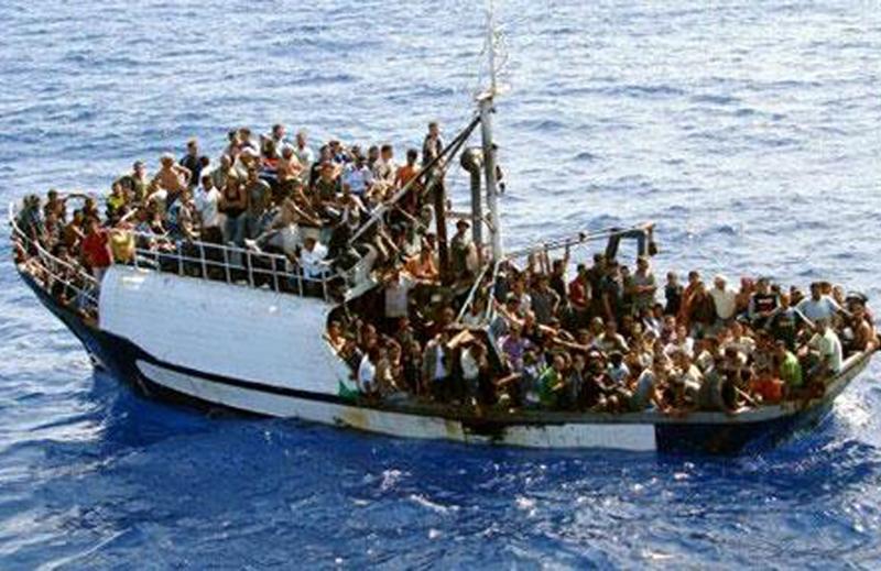 Profughi stipati in un barcone (da italialive.org)