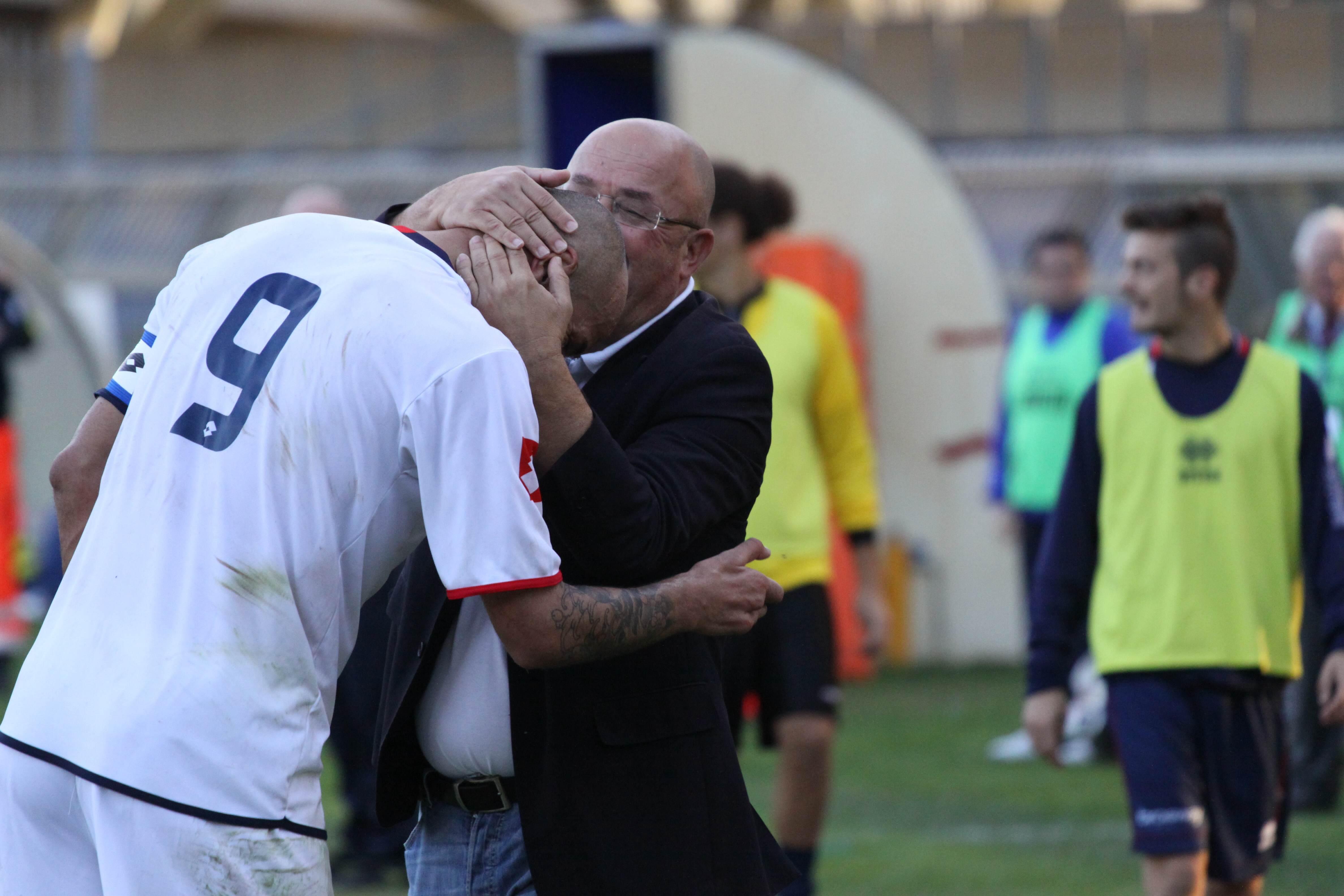 Arcipreti ringrazia con un bacio in testa il bomber rossoblu