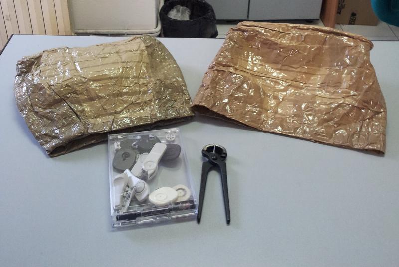 Le particolari borse rinvenute nell'abitazione dei due giovani romeni