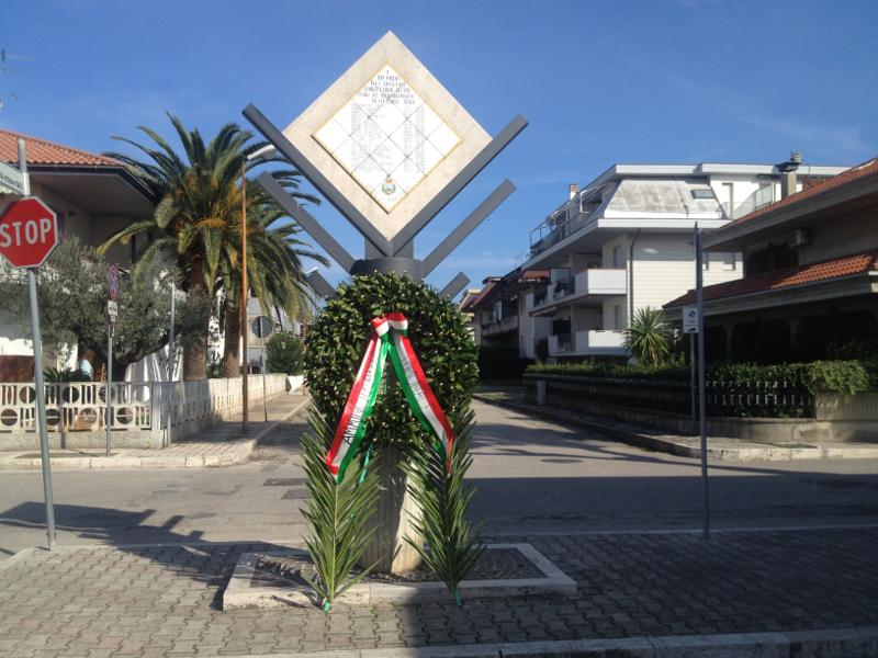 il monumento in onore alle vittime del bombardamento del 14 ottobre 1943