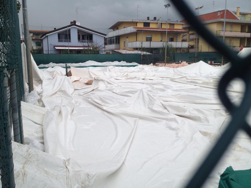 La copertura pressostatica del campo da tennis truentino, caduta giù per cause ancora da accertare