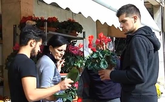Acquisto di fiori al cimitero di San Benedetto