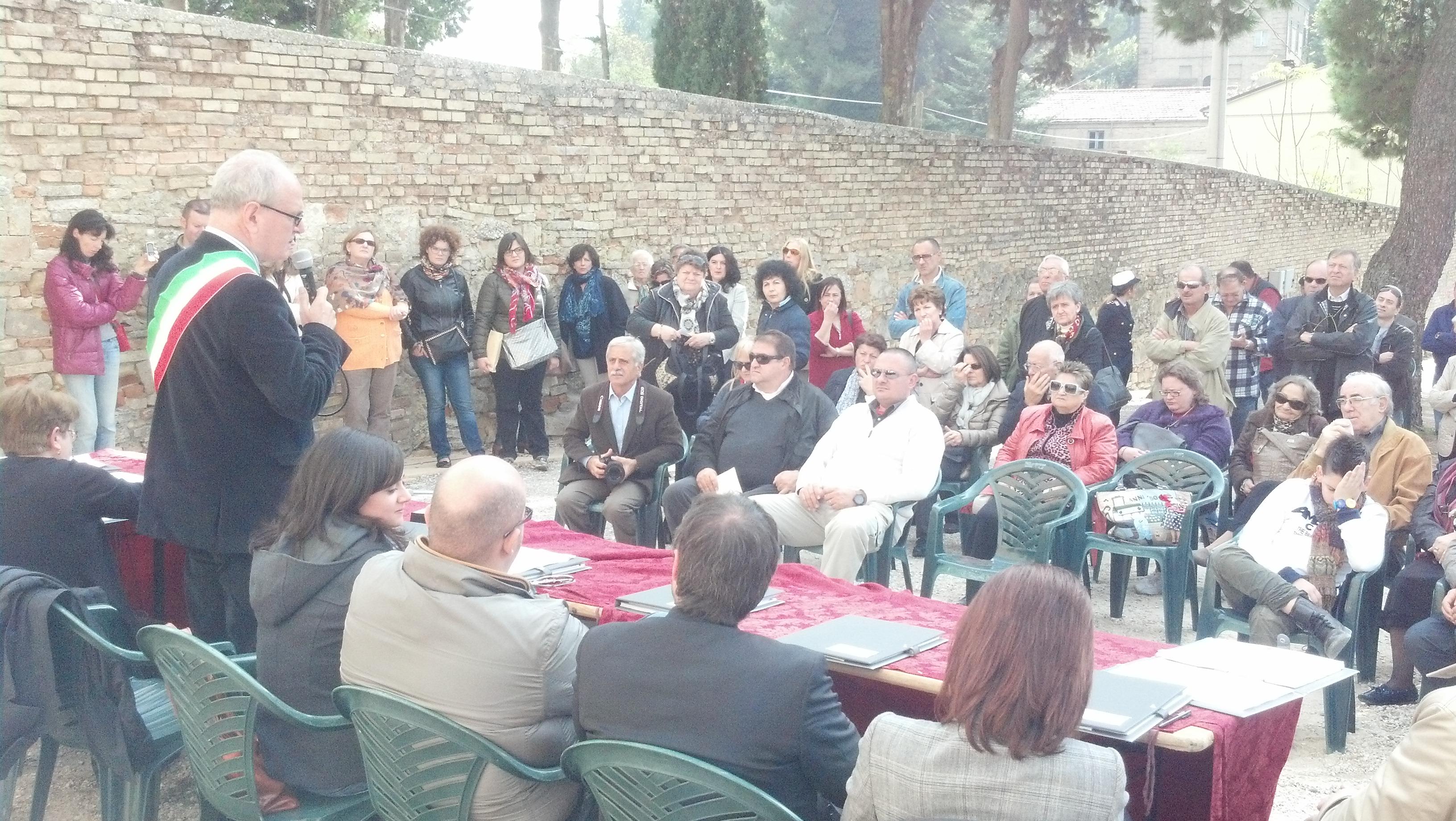 Consiglio comunale all'aperto a Ripatransone, di fronte il Monastero delle Suore Passioniste