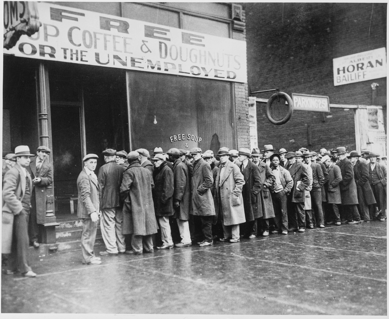 Disoccupati nella Chicago di Al Capone, negli anni '30, quando la disoccupazione fu sconfitta grazie al New Deal di Keynes e Roosevelt