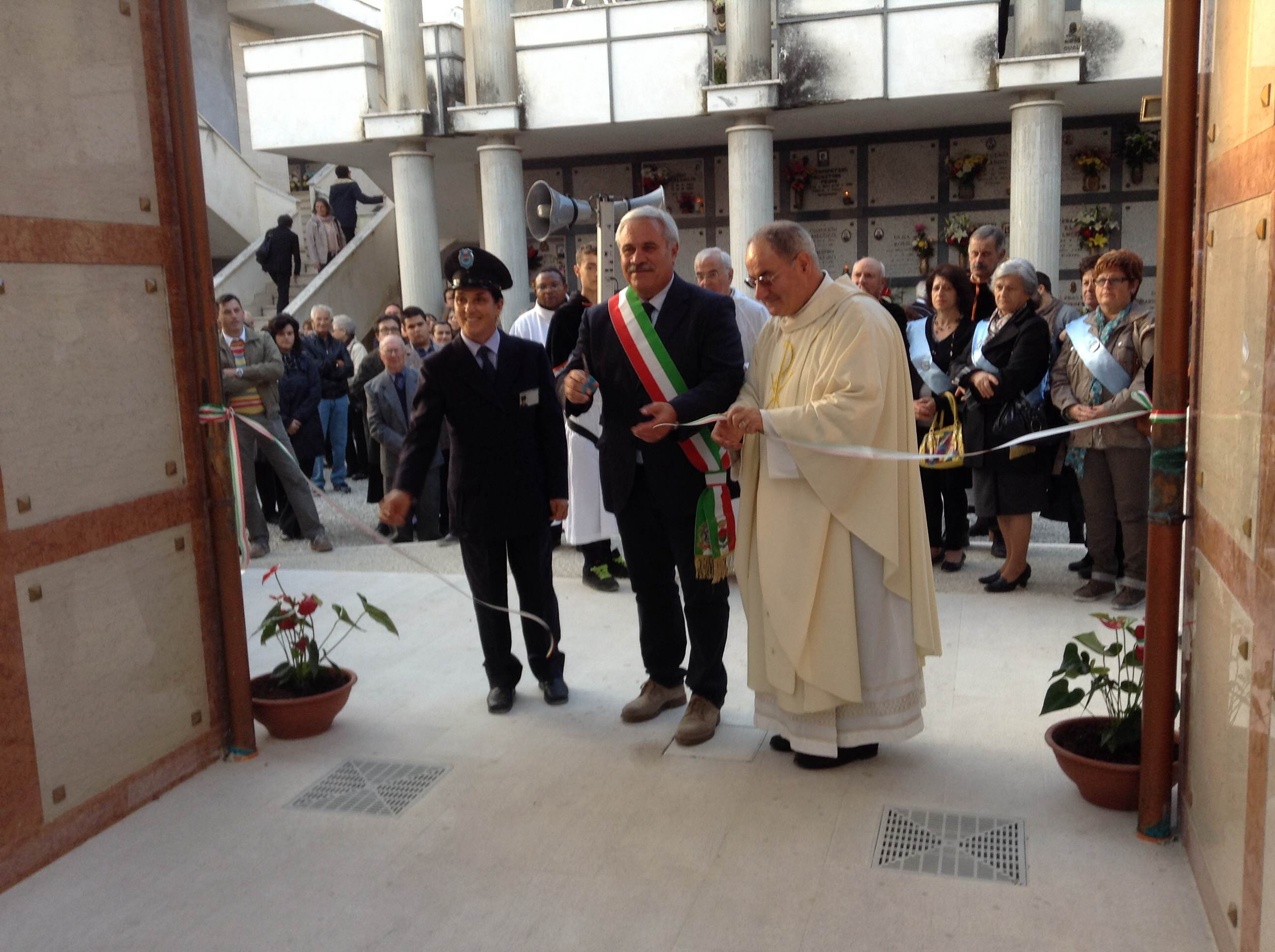 Don Luigino Scarponi e il sindaco D'Annibali inaugurano il nuovo blocco del cimitero
