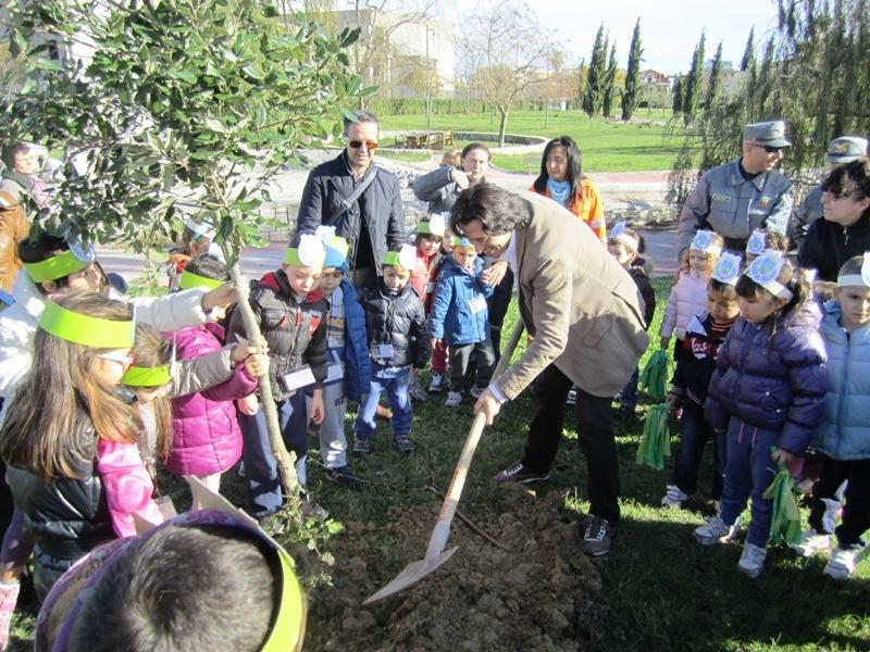 Festa dell'albero, il sindaco Piergallini con gli alunni delle scuole