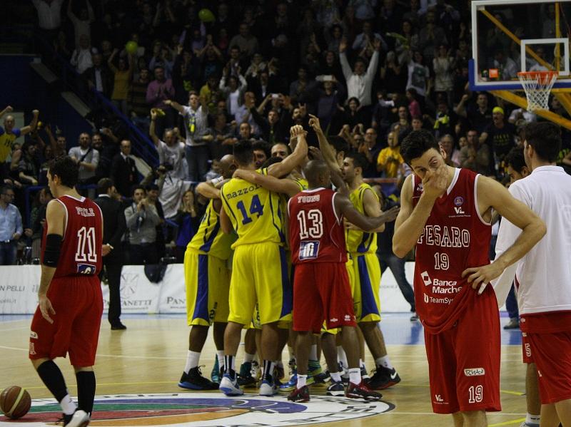 I giocatori della Sutor festeggiano la vittoria