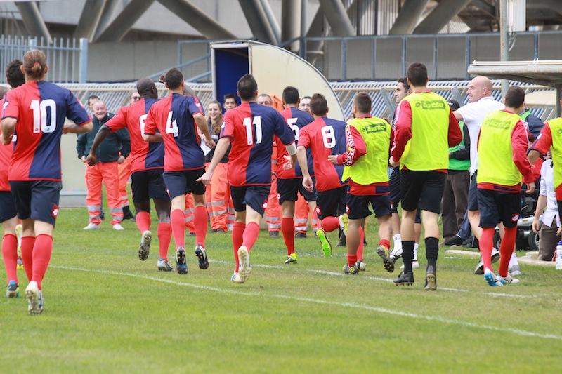 Samb-Castelfidardo 2-1, Borghetti va a prendersi l'abbraccio dopo il gol