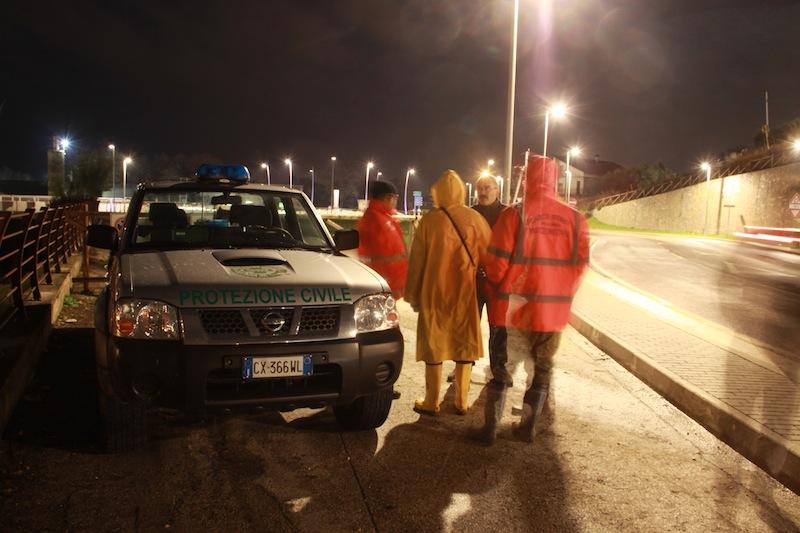 Gli uomini della Protezione Civile effettuano un monitoraggio del fiume