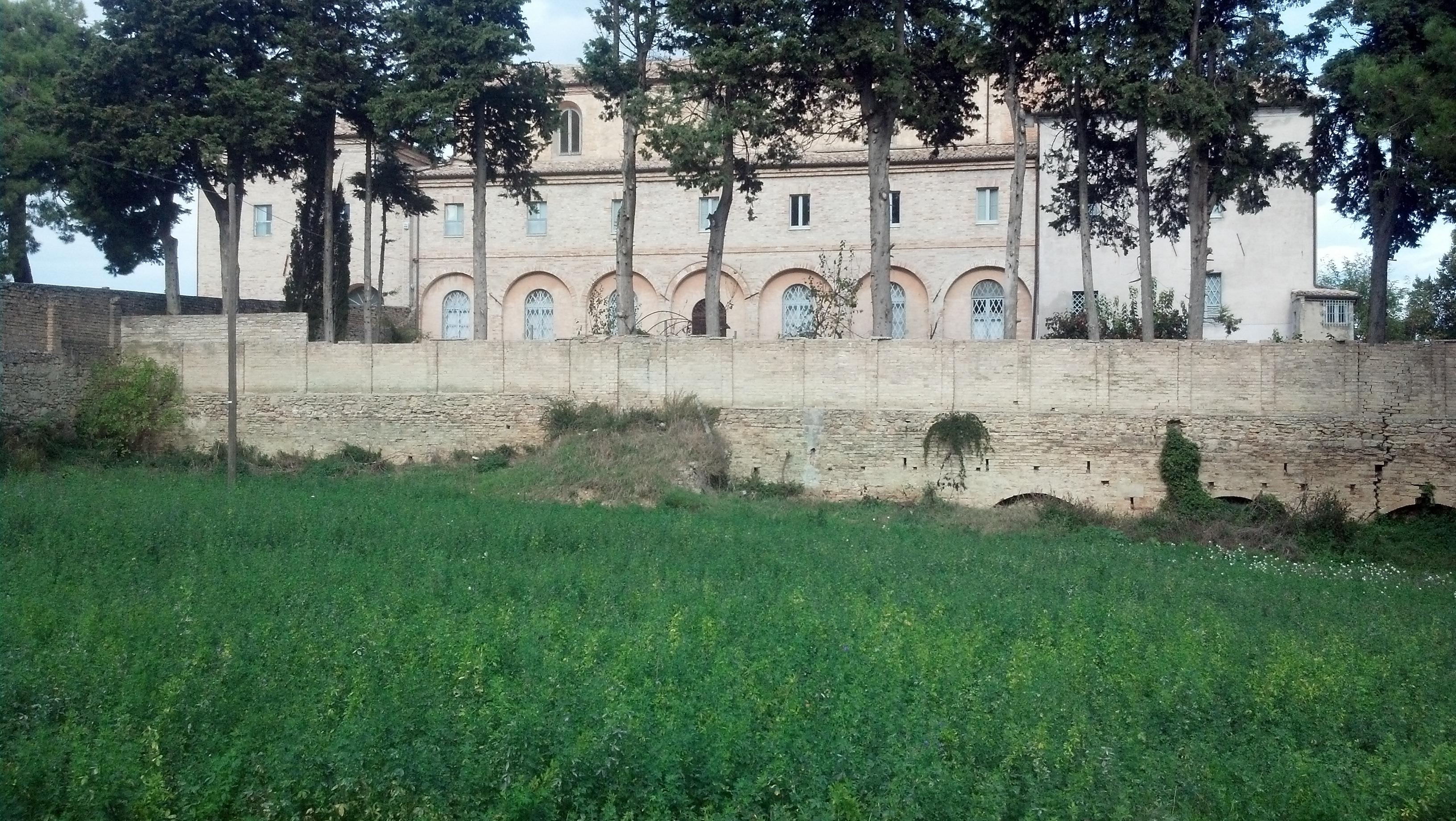 Il Monastero delle Suore Passioniste a Ripatransone, con il giardino incolto