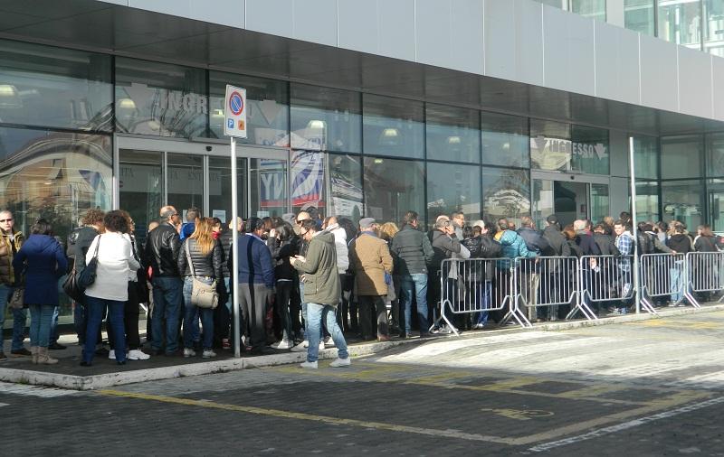 La fila in via Pasubio per un acquisto hi-tech scontato
