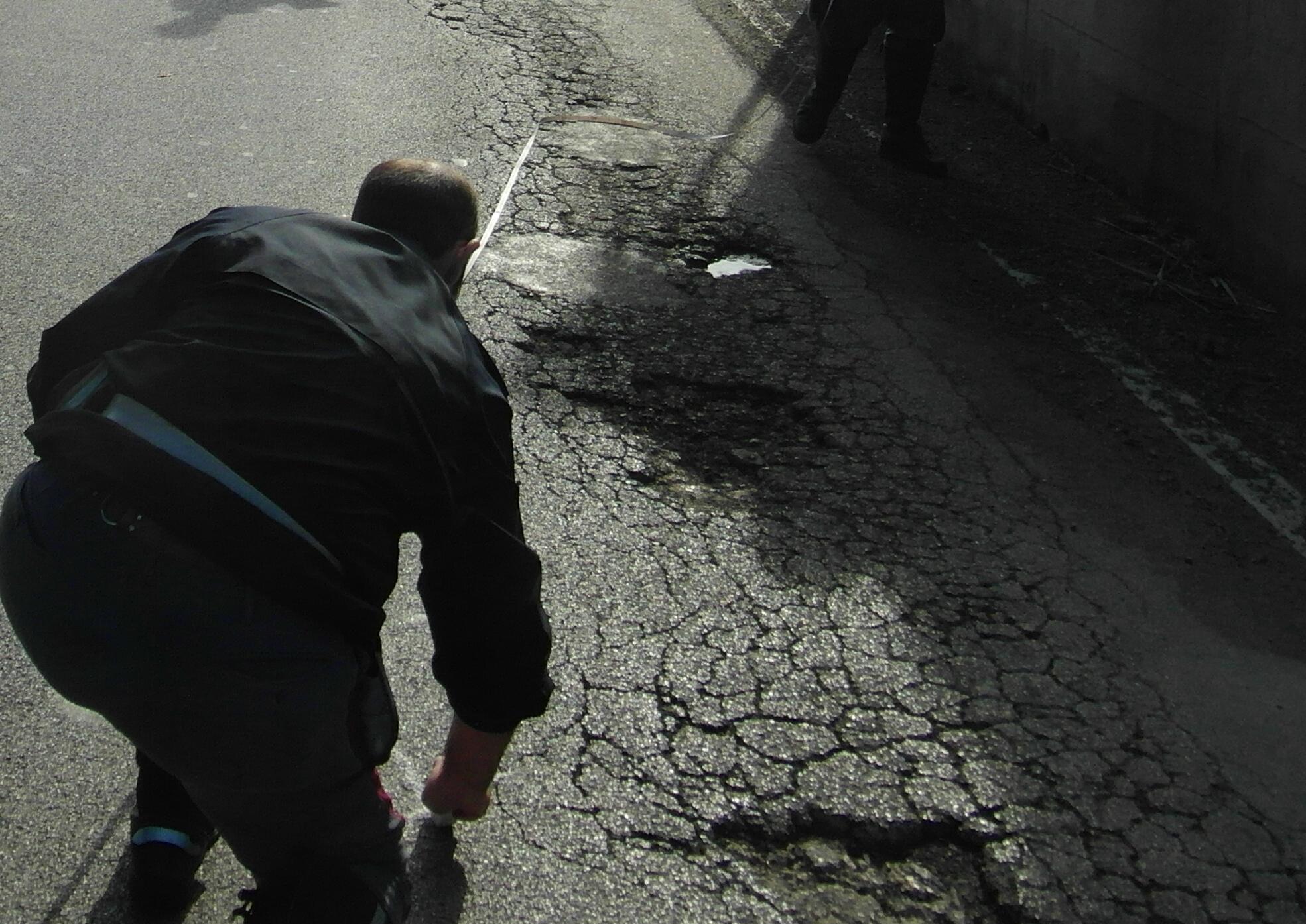 Le buche in via Sgambati durante i rilievi seguiti all'incidente che è costato la vita a Maurizio Foglia