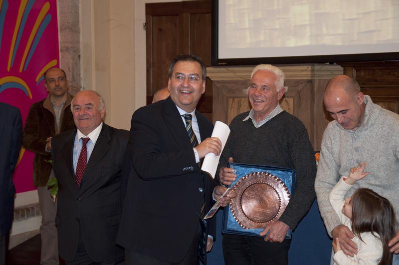 Franco Luciani raggiante in Ascoli dopo aver ricevuto il premio Enap