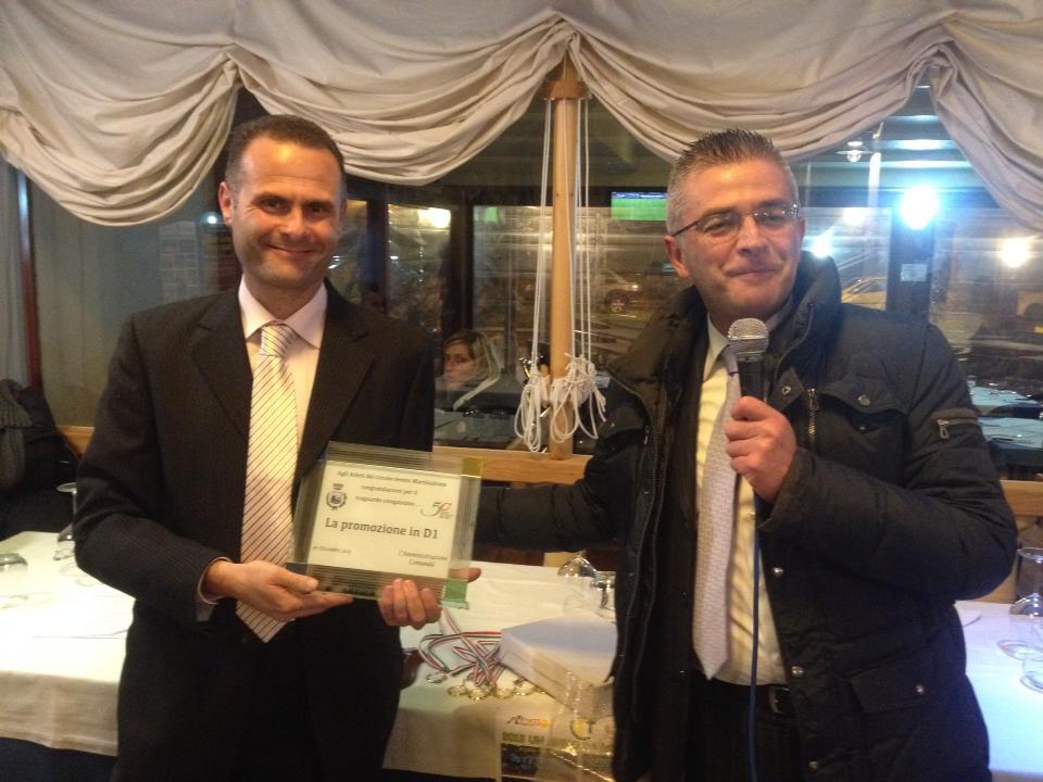 Il sindaco Paolo Camaioni consegna una targa celebrativa al presidente Alduino Tommolini