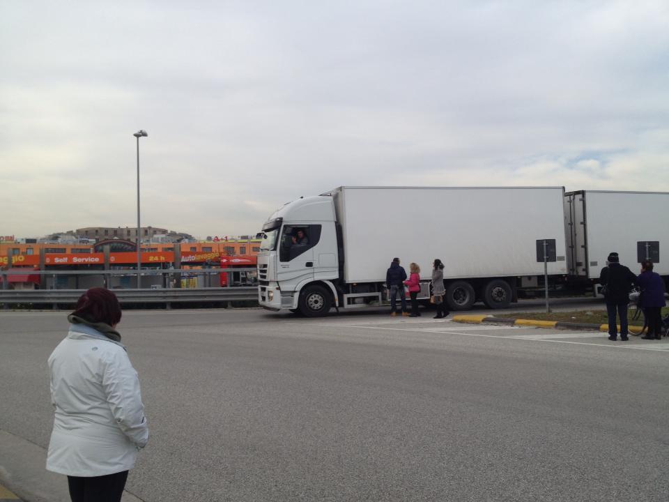 Camion fermati vicino al casello di Val Vibrata (Matteo Bianchini)