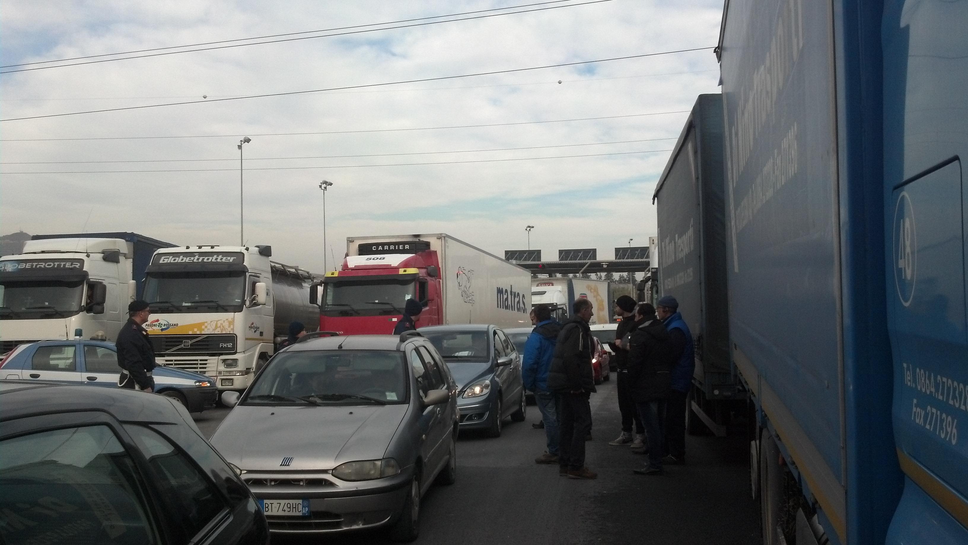 Casello autostradale bloccato dal presidio