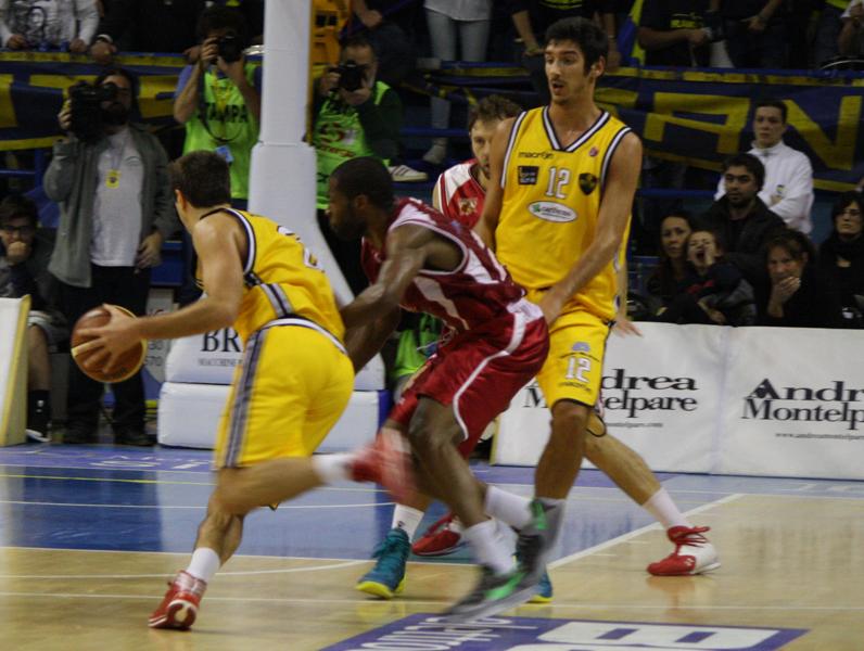 Cinciarini in attacco al canestro avversario