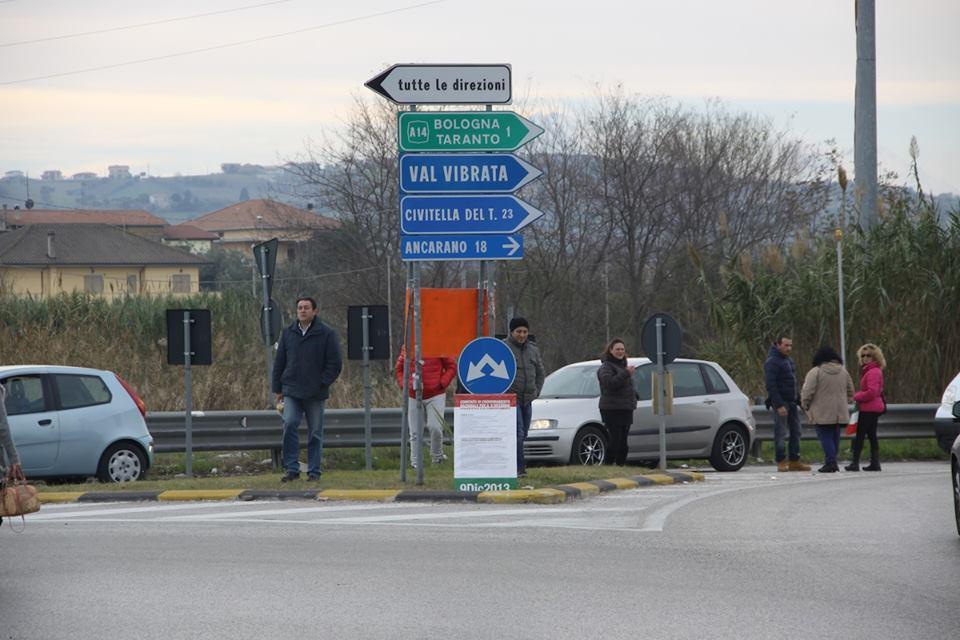I manifestanti del presidio Val Vibrata (Matteo Bianchini)