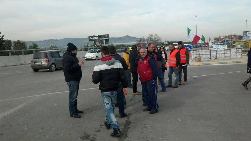 I manifestanti del presidio sul Tronto