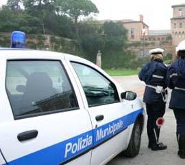 I vigili urbani sono intervenuti sul luogo dell'incidente