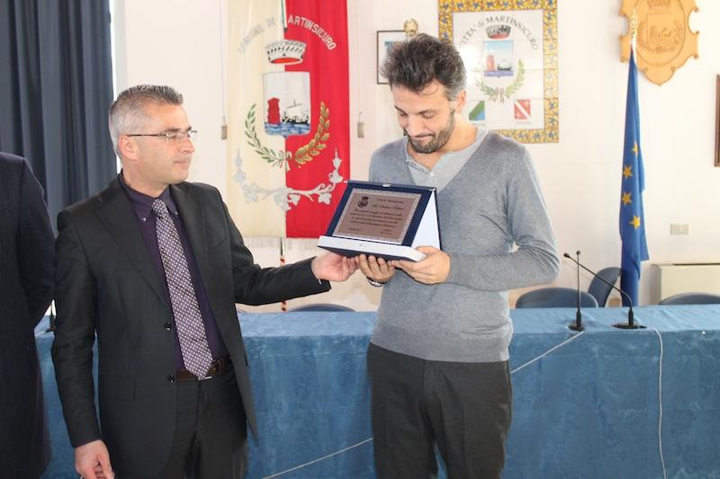 Il sindaco Paolo Camaioni  premia l'eroe cittadino Andrea Tattoni