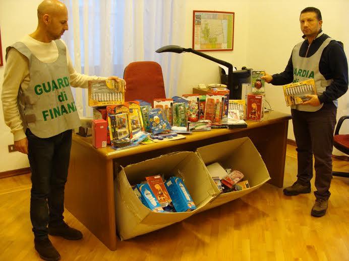 La Guardia di Finanza sequestra prodotti contraffatti nell'ambito dell'operazione Natale Sicuro