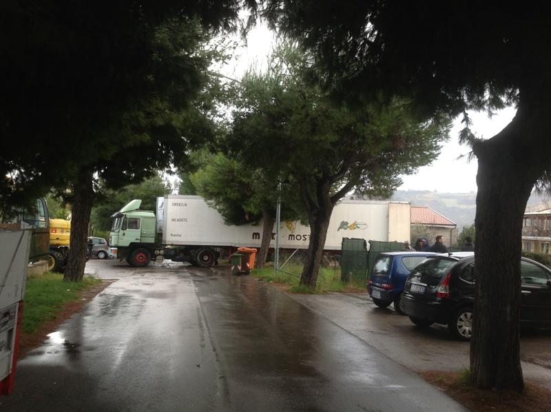 La rimozione del camion di via Cilea