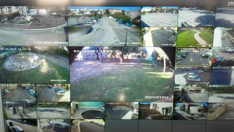 La schermata, nella sala della Polizia Municipale di Monteprandone, nella quale sono proiettati tutte le immagini delle 28 videocamere, in tempo reale