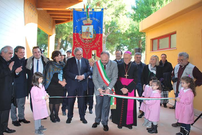 L'inaugurazione alla scuola Altfortville con Gaspari, il vescovo Gestori, la dirigente Emanuela Germani e il presidente della Regione Marche Gian Mario Spacca