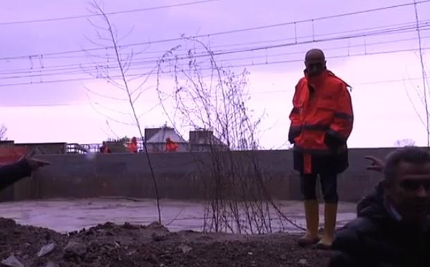 Operai al lavoro sugli argini del Tronto in prossimità della foce, davanti il ponte della ferrovia adriatica, 1° dicembre