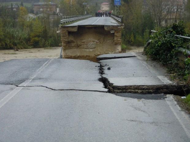 Ponte crollato tra Montedinove e Rubbianello