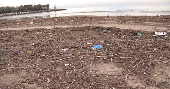 Sporcizia e rifiuti di ogni tipo invadono la spiaggia di San Benedetto in prossimità della foce dell'Albula, 9 dicembre 2013