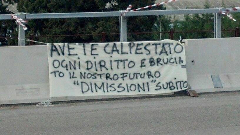 Striscione di protesta sul Tronto (2)