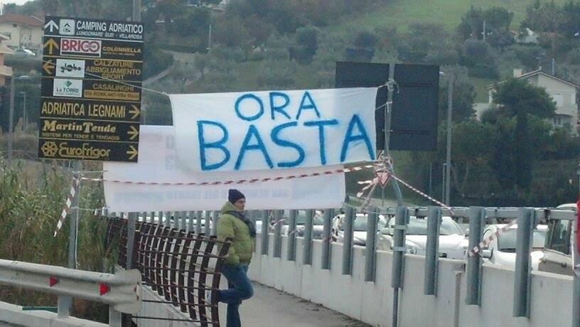 Striscione di protesta sul Tronto
