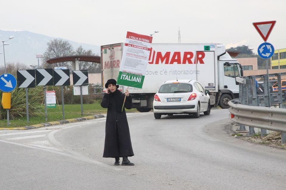 Una manifestante del presidio Val Vibrata (Matteo Bianchini)