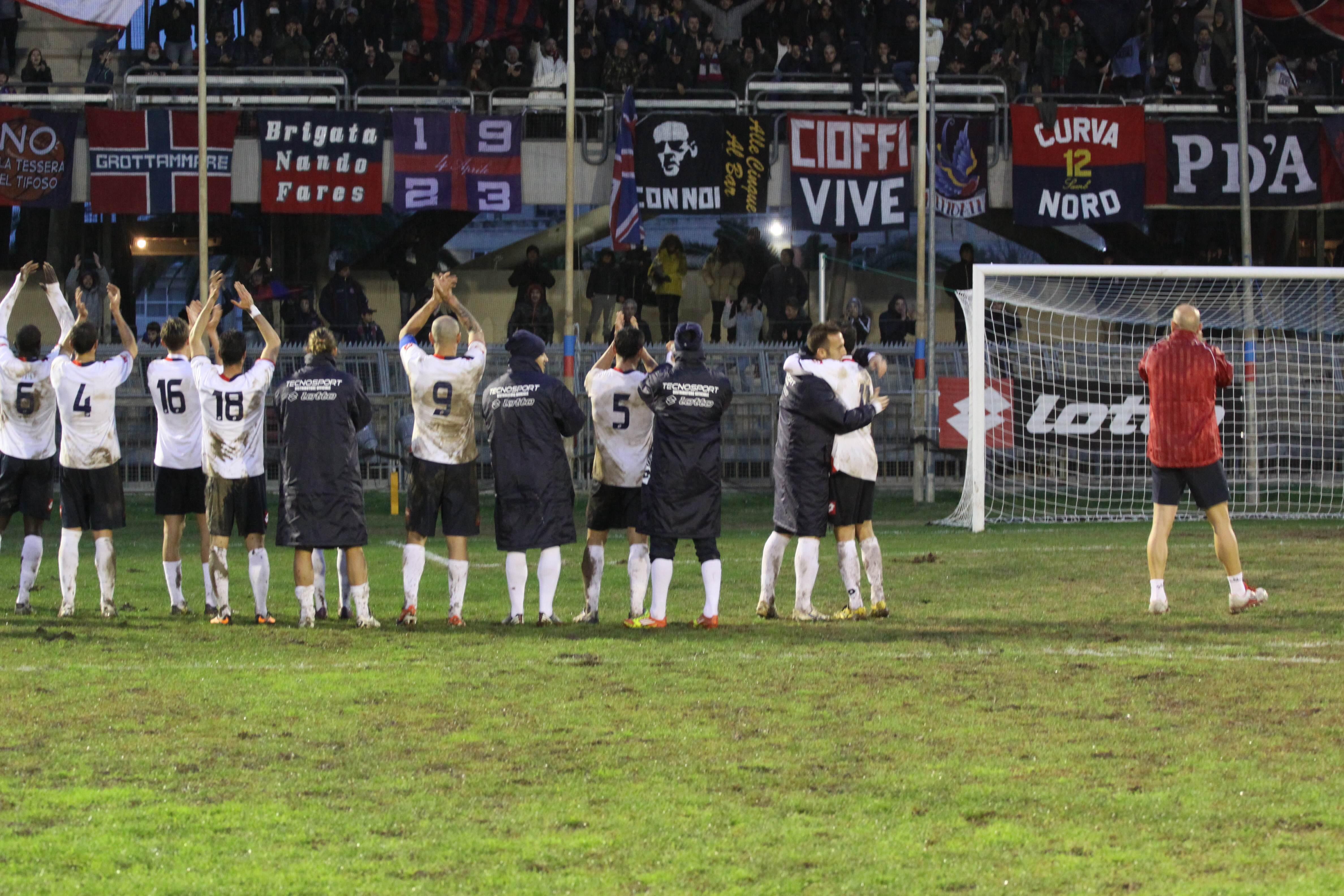 La squadra esulta coi tifosi (foto Bianchini)