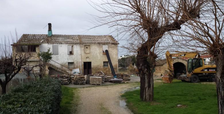 Casa colonica in via Sgambati abbattuta dalle ruspe