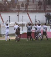 I giocatori festeggiano con i tifosi la vittoria sull'Elpidiense Cascinare (ph Bianchini)