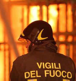 Rogo doloso distrugge deposito materassi a Napoli, il titolare: mai subito minacce