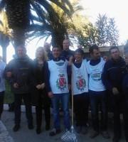 Il sindaco Tonia Piccioni insieme ai detenuti che hanno ripulito le tre pinete