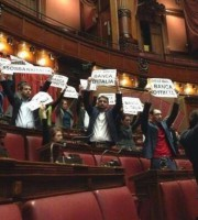 Una protesta in aula del M5S (Agi.it)