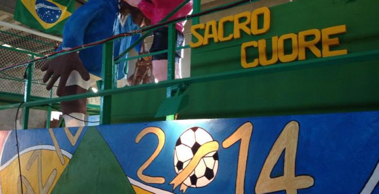 Il carro del quartiere Sacro cuore dedicato ai mondiali in Brasile