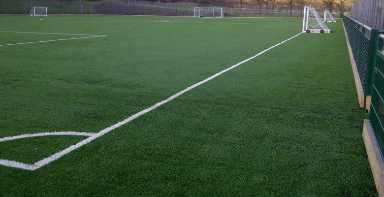 Uno sapccato di un campo di calcio con erba sintetica