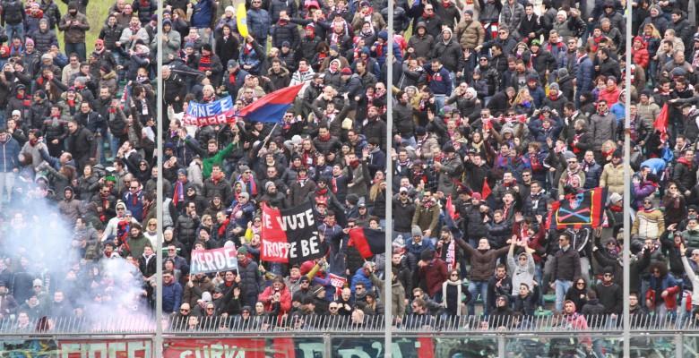 Tifosi rossoblu (foto Bianchini)