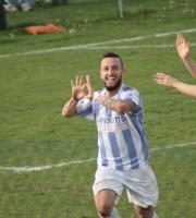 Esultanza dopo il gol che risulterà decisivo di Nicolò De Cesare a Pagliare
